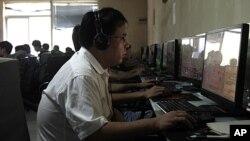 一名男子在北京網吧使用電腦(資料照)