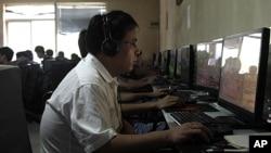 一名男子在北京网吧使用电脑(资料照)