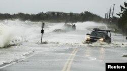 توفان سندی- يک وانت از جاده آب گرفت در محله ساوت همپتون در نيويورک عبور می کند. ۲۹ اکتبر ۲۰۱۲