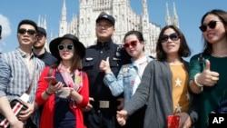 2016年5月3日在意大利開始為期兩週試驗巡邏的中國警察與在米蘭大教堂廣場的中國遊客合影。