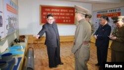 북한의 김정은 국무위원장(왼쪽)이 대륙간탄도미사일(ICBM) 소재를 개발·생산하는 국방과학원 화학재료연구소를 시찰했다고 조선중앙통신이 23일 보도했다.