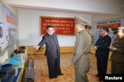 북한 김정은 국무위원장이 대륙간탄도미사일(ICBM) 소재를 개발·생산하는 국방과학원 화학재료연구소를 시찰했다고 조선중앙통신이 23일 보도했다.