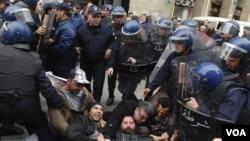 Centenares de policías antimotines disolvieron las protestas en Argel.
