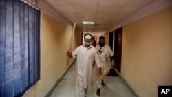 持有棍棒的巴基斯坦示威者闯入国家电视大楼