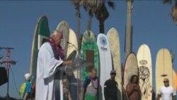 Surf City: Okean, surfing i medjuvjerska sluzba na plazi