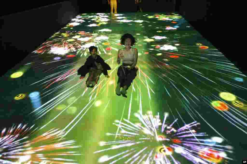 شهر جاکارتا در اندونزی میزبان نمایشگاهی موسوم به «هنر دیجیتال» است. برگزار کنندگان می گویند این آینده پارکها است و گلها و حیوانات ساخته شده با نور، نمادی از زندگی و حیات هستند.