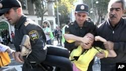 بازداشت یک معترض در باکو توسط ماموران پلیس- اکتبر ۲۰۱۲