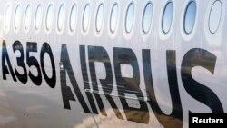 Salah satu sisi luar badan pesawat Airbus A350 XWB yang dipamerkan saat berlangsungnya konferensi Airbus di Colomiers, dekat Toulouse, Perancis (13/1). Pesawat terbaru di dunia – Airbus A350 – mulai mengudara hari Kamis (15/1) dengan membawa sejumlah penumpang pertama dari Doha-Qatar menuju Frankfurt- Jerman.