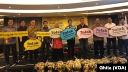 "Para narasumber dalam diskusi media ""Mengawal Integritas Pemilu, Hak Pilih, Akuntabilitas Dana Pemilu, dan Penegakan Hukum Pemilu"" di Jakarta, Jumat (5/4). (Foto: VOA/Ghita)"