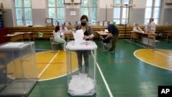 Cử tri Nga đi bỏ phiếu tại một trường học ở Moscow vào ngày 25/6/2020.