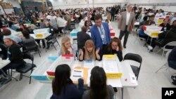 16일 플로리다주 로더힐의 선거감시사무소에서 선거 감시 관계자들이 수작업으로 표를 집계하고 있다.