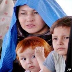 افغان پناہ گزینوں کو وطن واپسی کے لیے فی خاندان پانچ ہزار ڈالر دینے کا منصوبہ