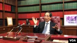 香港民主黨創黨主席、資深大律師李柱銘11月19日在辦公室接受美國之音專訪。