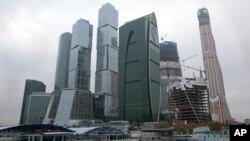 Tháp Mercury City (phải) đang trong tiến trình xây dựng