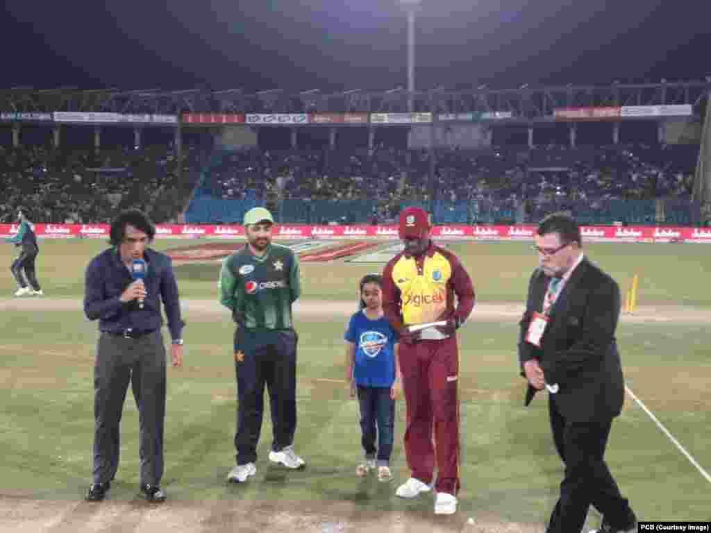 ویسٹ انڈیز کپتان جیسن محمد نے ٹاس جیت کر پاکستان کو پہلے کھیلنے کی دعوت دی۔