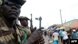 Các thành viên của lực lượng đa quốc gia Trung Phi (FOMAC) canh gác tại Bangui.