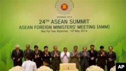 Menteri Luar Negeri dan perwakilan ASEAN di KTT ASEAN di Naypyitaw, Myanmar, Sabtu, 10 Mei 2014.