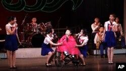 지난 2012년 12월 세계 장애인의 날을 맞아 평양 만경대 소년궁전에서 기념 공연이 열렸다. (자료사진)