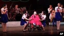 지난 2012년 12월 세계 장애인의 날을 맞아 평양 만경대 소년궁에서 열린 기념 공연에서, 지체장애 아동(가운데)이 노래를 부르고 있다. (자료사진)