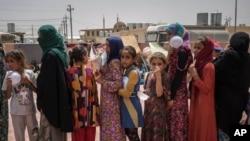 پناہ گزین خوراک حاصل کرنے کے لیے قطار میں کھڑے ہیں