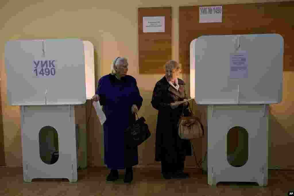 Hai cử tri lớn tuổi chuẩn bị bỏ phiếu chọn thị trưởng Moscow, ngày 8/9/2013.