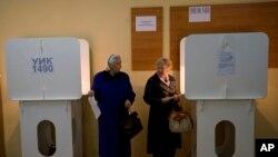 투표하기에 앞서 서로 쳐다보고 있는 두 러시아 노인 여성 (자료사진 )