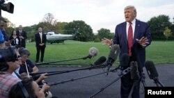 도널드 트럼프 미국 대통령이 12일 백악관에서 기자들의 질문에 답하고 있다.
