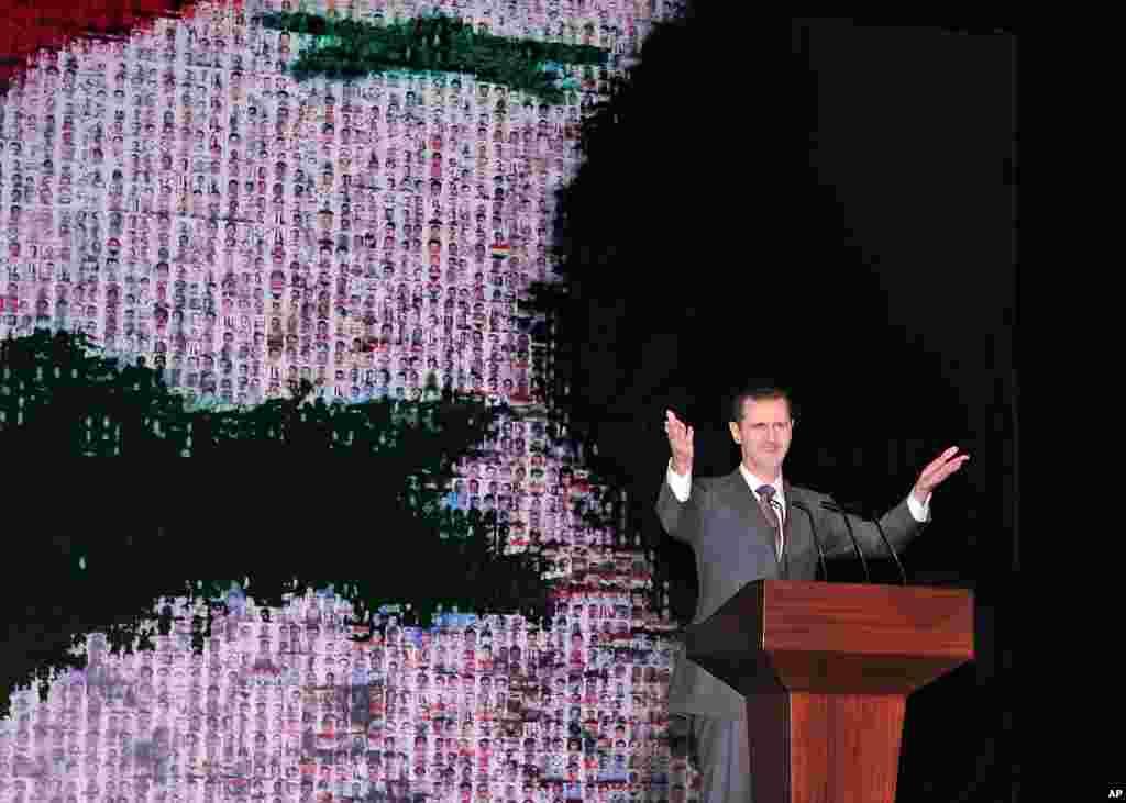 Rəsmi SANA dövlət xəbər agentliyinin yaydığı bu fotoda prezident Bəşar əl-Əsəd Dəməşqin mərkəzində Opera Evində nitq söyləyir. 6 yanvar, 2013.