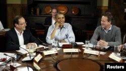 Presiden Obama (tengah) diapit oleh Presiden Perancis Francois Hollande (kiri) dan PM Inggris David Cameron (kanan) dalam jamuan makan di Camp David, Maryland (19/5).
