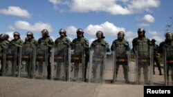 El presidente en disputa Nicolás Maduro ordenó el cierre de la frontera con Brasil y el acceso marítimo a través de las isla Curazao, Aruba y Bonaire. No ha descartado una medida similar en la frontera con Colombia.