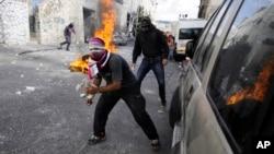 30일 이스라엘 경찰이 동예루살렘 총격 사건의 용의자 모아테즈 히가지를 사살한 후, 팔레스타인 청년들이 이스라엘 경찰에 항의하고 있다.