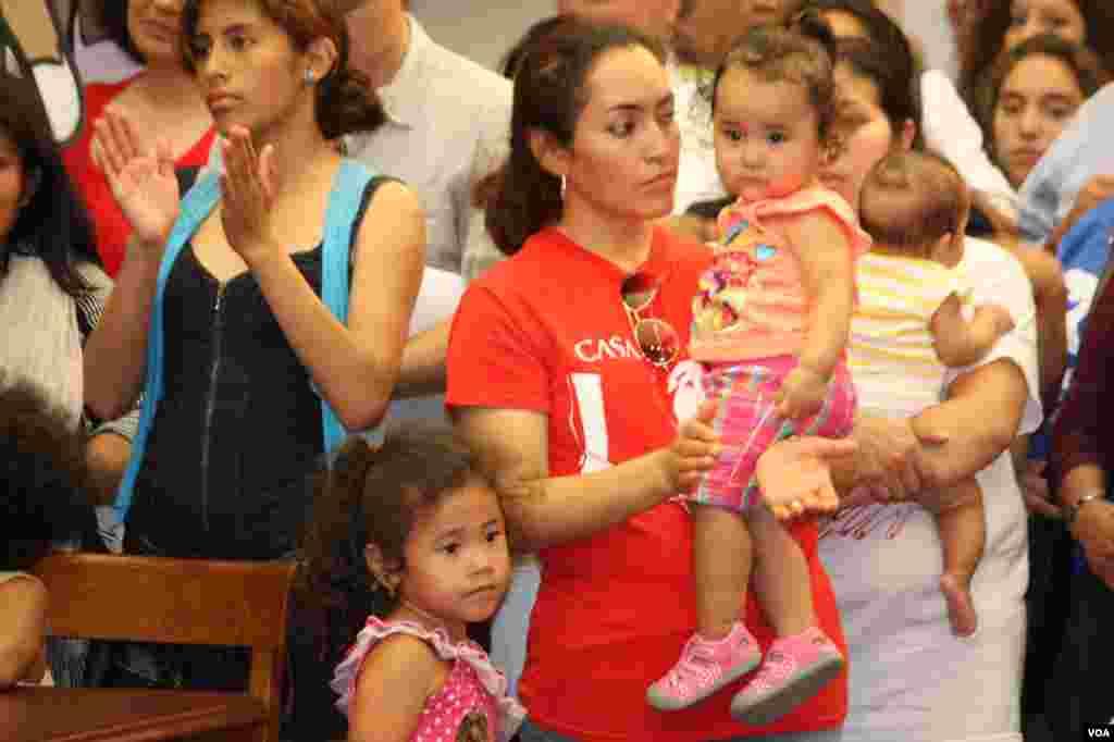 En muchos de los casos, los niños son ciudadanos americanos por nacimiento, mientras que los padres no están documentados y se enfrentan por eso a la deportación.
