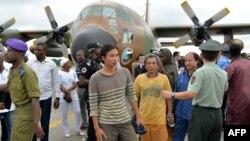 Para sandera China dan Kamerun yang ditahan Boko Haram dan kemudian dibebaskan tiba di Yaounde, Kamerun, Oktober 2014.