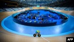 Un membre de l'équipe cycliste australienne s'entraîne en vue des Jeux du Commonwealth de la Gold Coast de 2018 au vélodrome Anna Meares de Brisbane le 3 avril 2018.