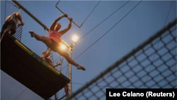 Nikki Dolenz berlatih trapeze di Trapeze School New York, 24 Juni 2012. (Foto: Reuters/Lee Celano)