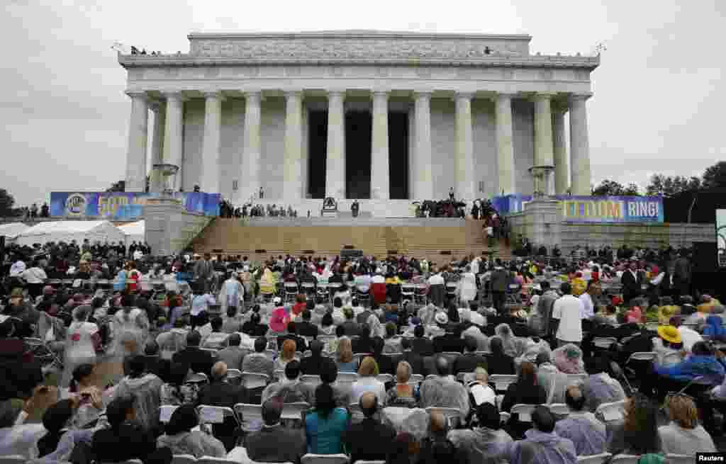 28일 마틴 루터 킹 목사 연설 50주년 기념 행사가 열린 링컨기념관 앞에서 시민들이 바락 오바마 대통령의 연설을 듣고 있다.