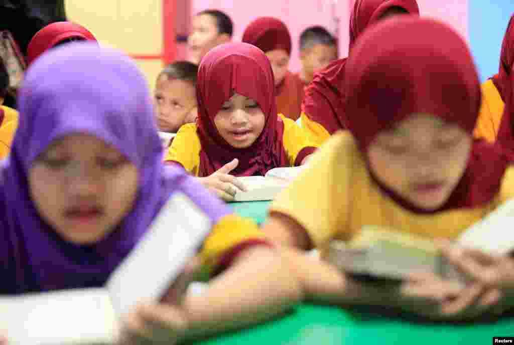 Anak-anak kaum Muslim mengaji Al-Qur'an selama jam-jam sekolah mereka di Taguig City, Metro Manila, Filipina menjelang perayaan Idul Adha.