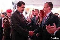 El presidente de Venezuela Nicolas Maduro, saluda con su nuevo vicepresidente Tareck El Aissami durante una reunión ministerial en Caracas.