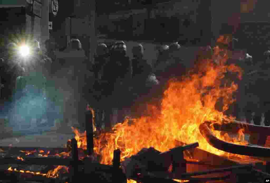 در تظاهرات روز شنبه معترضان هنگ کنگی، پلیس با سنگربندی و آتش معترضان مواجه شده است.