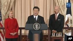 中国国家副主席习近平(中)2月14日在美国务卿克林顿(左)为其所设的午宴上讲话,美国副总统拜登(右)出席午宴并讲话。