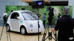 Waymo, mobil swa-kemudi yang diluncurkan Google dipamerkan di markas Google di San Francisco, California 13 Desember lalu (foto: ilustrasi).