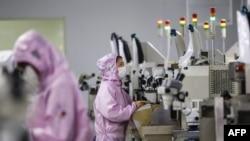 江苏省泗洪县一个芯片工厂的工人在生产线上。(2020年2月16日)