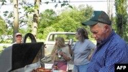 唐纳霍尔认真的掌管烤肉工作