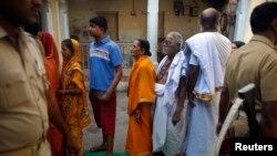 Cử tri tại Varanasi xếp hàng chờ bỏ phiếu.