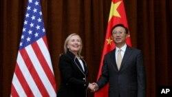 2012年9月4日,美国国务卿希拉里·克林顿在北京与中国外长杨洁篪握手