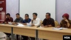 Kepala Sekolah Kesatuan Bangsa Yogyakarta Ahmad Nurani (tengah berbaju putih) menjelaskan tentang penolakan terhadap permintaan pemerintah Turki didampingi anggota Yayasan dan orangtua murid. (VOA/Munarsih).