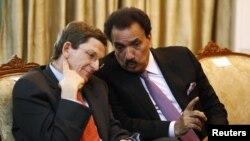 Đặc phái viên Mỹ Marc Grossman (trái) nói chuyện với Bộ trưởng Nội vụ Pakistan Rehman Malik trước một cuộc họp giữa Ngoại trưởng Mỹ Hillary Clinton và Tổng thống Pakistan Asif Ali Zardari tại Islamabad, Pakistan, 21/10/2011