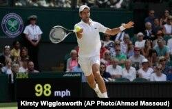 Novak Đoković u duelu sa Keijem Nišikorijem u četvrtfinalu Vimbldona (Foto: AP/Kirsty Wigglesworth)