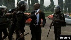 Mamadou Koulibaly, un leader de l'opposition et ancien président du Parlement ivoirien, est interpellé lors d'une manifestation contre la nouvelle Constitution du président Alassane Ouattara, à Abidjan, le 20 octobre 2016.