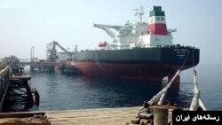 Sebuah kapal tanker Iran mengisi minyak di ladang minyak Teluk Persia (foto: ilustrasi).
